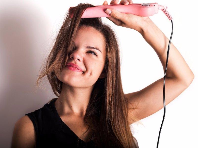 como alisar el pelo en casa con plancha